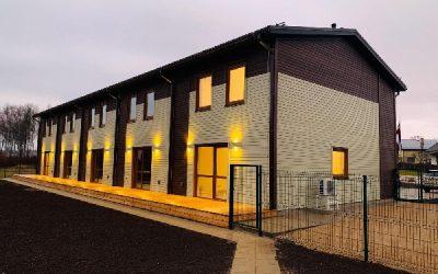 """AS """"Siguldas Būvmeistars"""" sadarbojoties ar SIA """"KOKAPSTRĀDE 98 HOUSES"""" ir radījusi Siguldā vēl nebijušu projektu – piecu dzīvokļu koka paneļu māju"""
